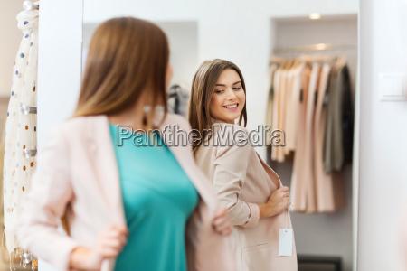 donna felice ponendo in specchio in