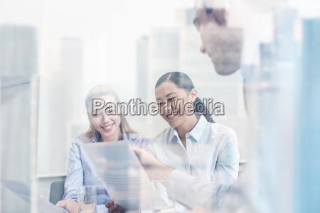 gruppo di sorridente businesspeople incontro in