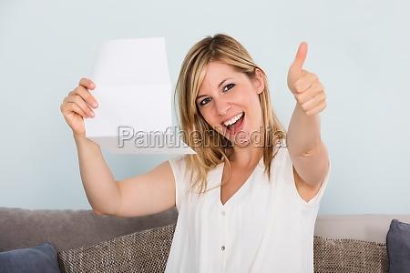 donna persona lettera lettura busta contento