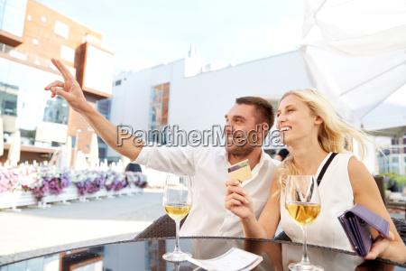 coppia felice con portafoglio pagare la