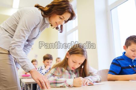 gruppo di scuola bambini di scrittura