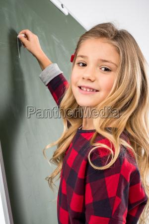 studentessa che scrive sulla lavagna