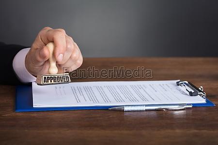 ufficio pubblico persona certificato timbrare permettere