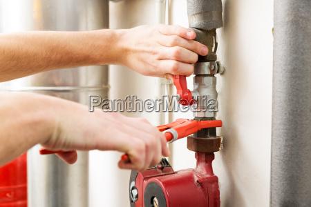 primo piano di mani idraulico lavorando