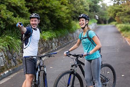 coppia atletica con mountain bike rivolta
