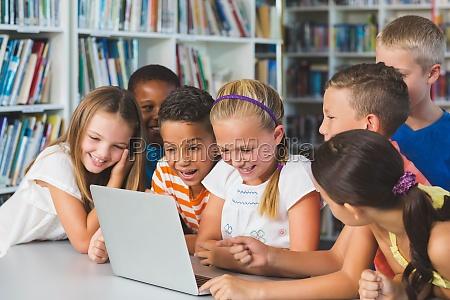 ninyos de la escuela sonriente mirando