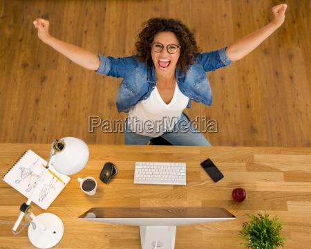 donna ufficio scrivania festeggiare festeggia affare