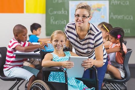 donna studiare studio sedia a rotelle