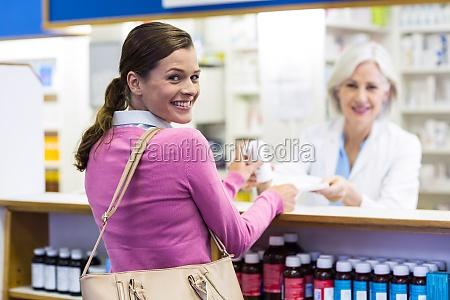 dottore medico donna borsetta risata sorrisi