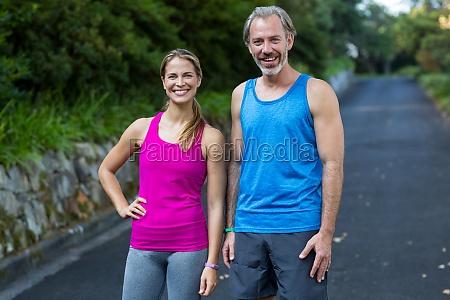 coppia atletica in piedi su strada