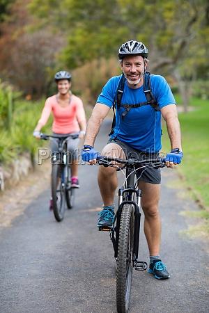atletico coppia in bicicletta su strada