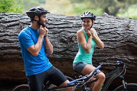 coppia atletica che indossa il casco