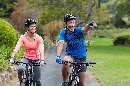 coppia atletico indicare mentre guida bicicletta