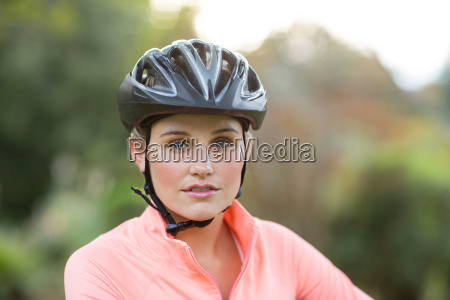 femmina atletica che indossa il casco