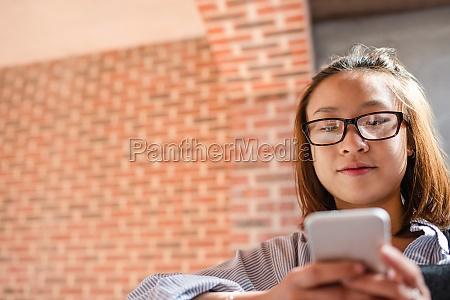donna telefono cellulare bello bella educazione
