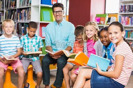 studiare studio sgabello risata sorrisi insegnante