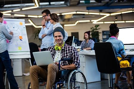 donna sedia a rotelle ufficio risata