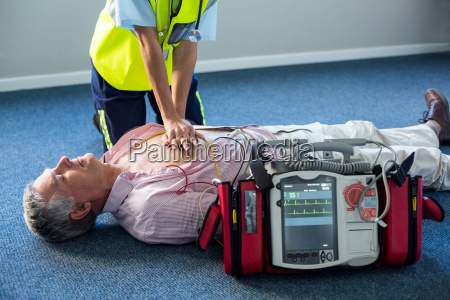 paramedico utilizzando un defibrillatore esterno durante