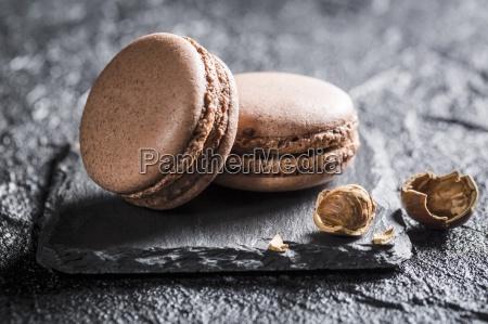amaretti nocciola su una pietra nera