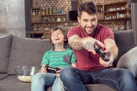 padre allegro e figlio giocare a