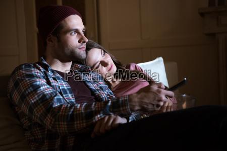 vista laterale della coppia guardare film
