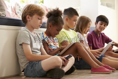 gruppo di bambini sedersi sul pavimento