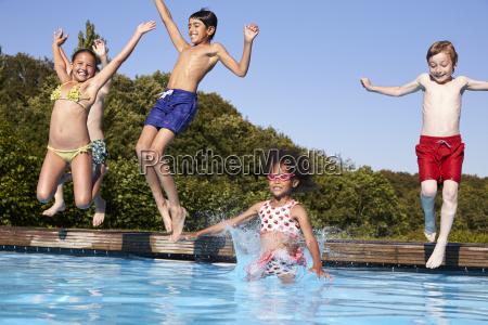 gruppo di bambini che saltano in