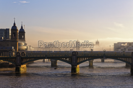 citta metropoli ponte turismo nuvola foschia