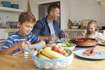 padre e bambini a casa nel