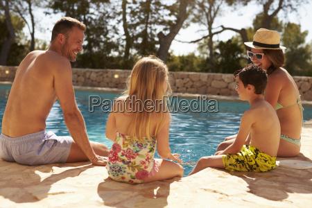 vista posteriore della famiglia in vacanza