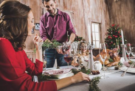 famiglia felice al tavolo delle vacanze