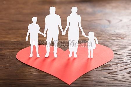 famiglia ritagliata sul cuore rosso
