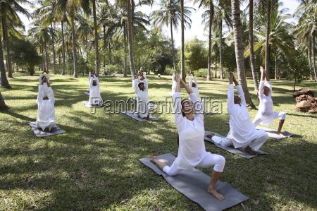 sessione di yoga di gruppo sul