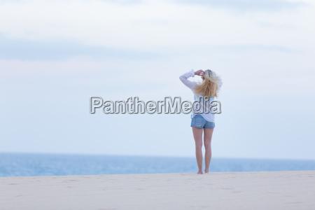la donna sulla spiaggia di sabbia
