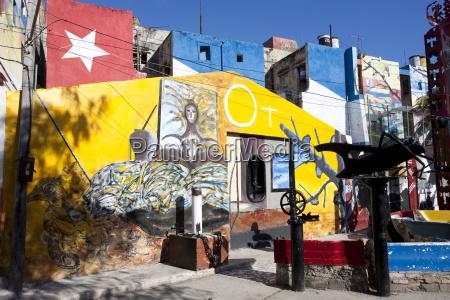edifici dipinti nel colorato arte afro