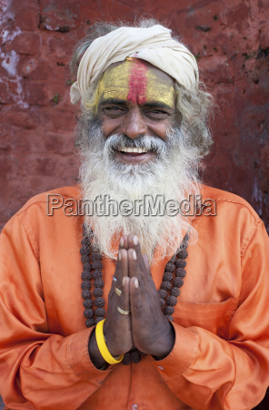 sadhu santa man che indossa coloratissimi