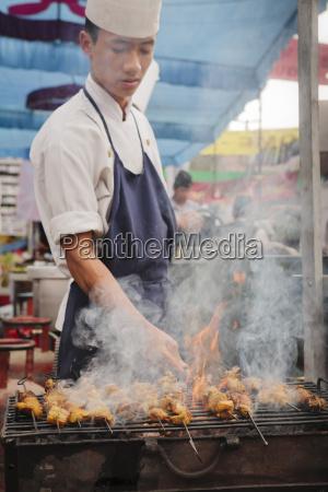 bbq di pollo cuocere sulla strada