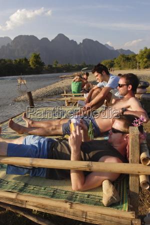 gli backpackers si rilassano sul fiume