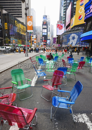 sedie da giardino in strada per