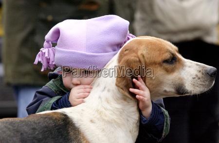 un bambino che piange mentre abbraccia