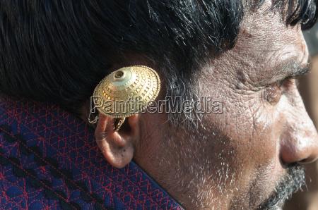 orecchio anello doro indossato da una