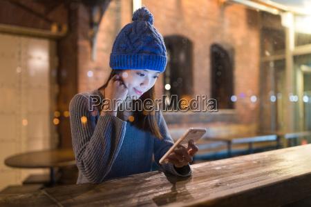 donna uso del telefono cellulare allinterno