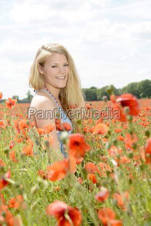donna nel campo di papavero