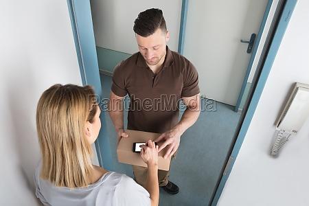 donna porta scatola scatolame consegna cassone