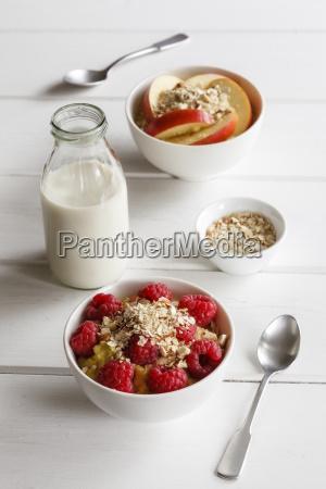 ciotola di porridge con i lamponi
