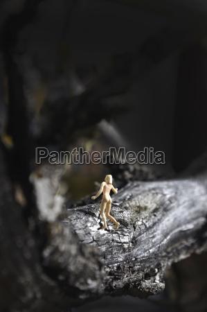 figura nuda che cammina sul tronco