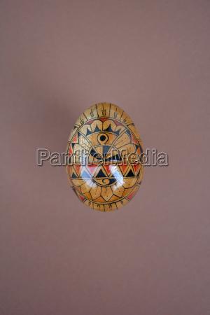 uovo di legno dipinto su fondo