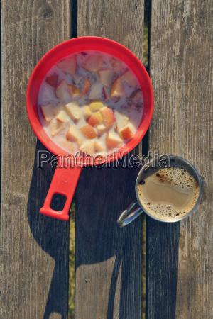 semplice colazione con caffe e muesli