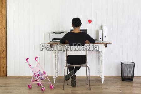 donna che lavora a casa ufficio