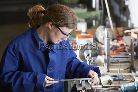 germania kaufbeuren donna che lavora nellindustria